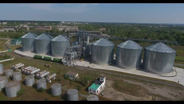 Ascenseur à grains dans le paysage rural. Silos Commercial modernes de céréales ou de semences dans le paysage rural