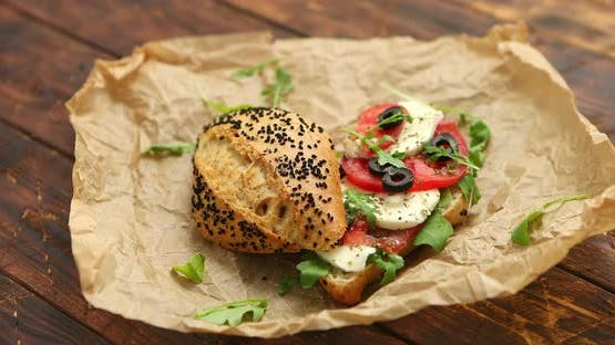 Köstliche frische Bruschetta mit Tomaten, Basilikum, schwarzen Oliven und Mozarella-Käse