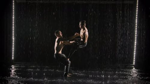 Eine Gruppe akrobatischer Turner führt komplexe akrobatische Übungen durch, während sie auf der Oberfläche von