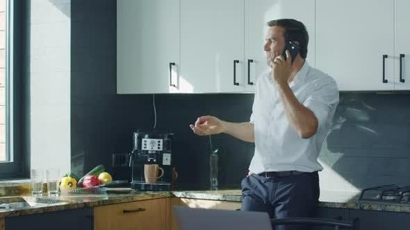 Thumbnail for Geschäftsmann Kaffee bei Luxury Kitchen. Mann sprechen Handy bei Küche