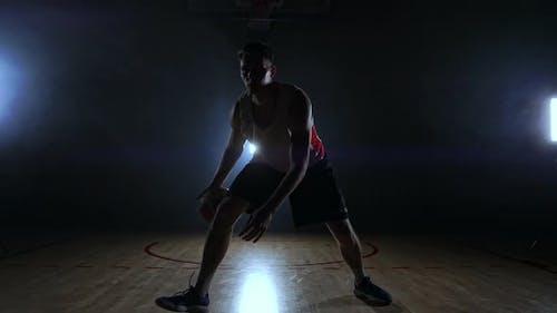 Sportler Basketball spielen im Basketballplatz