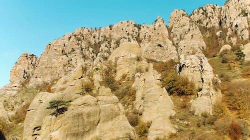 blick auf felsige Gelände der Berge