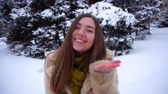 Thumbnail for Ziemlich Mädchen posieren für Kamera Winter Schnee