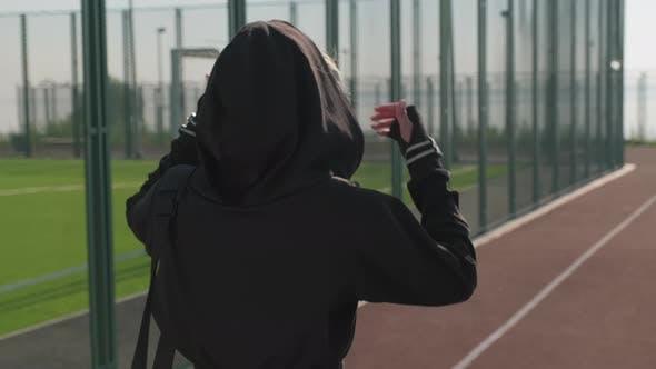 Sportlerin In Hood zu Fuß auf dem Weg
