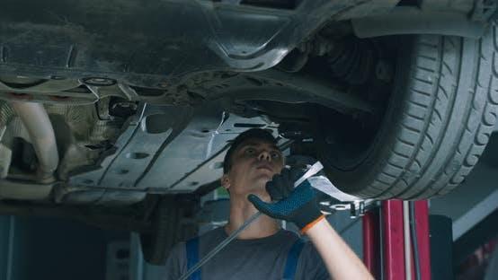 Thumbnail for Young Mechaniker Prüfung Auto in Wartung Service, Herstellung Suspension Test in der Garage