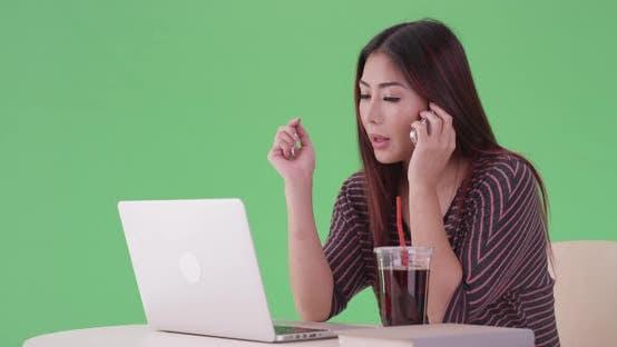 Thumbnail for asiatische Frau ruft einen Freund für Hausaufgaben Hilfe auf grünem Bildschirm