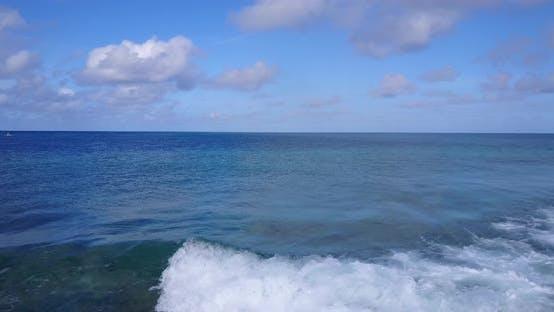 Natürliche fliegende Reise Foto von einem weißen Paradies Strand und blauem Meer Hintergrund