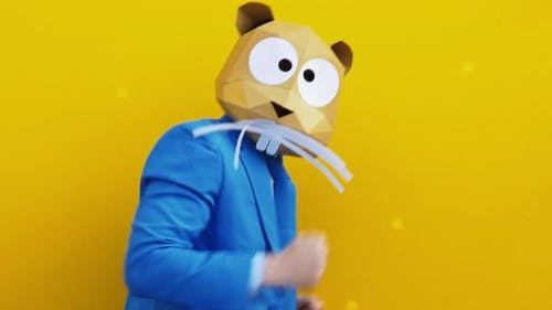 Lustiger Charakter mit Tiermaske