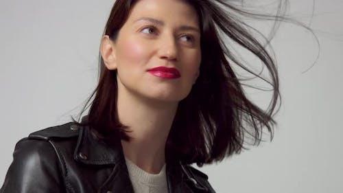 Zeitlupe Von 60 Fps Frau mit Blasen Haar in Studio