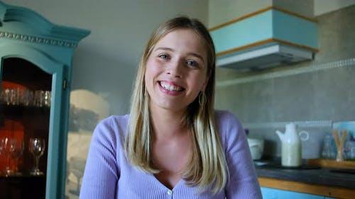 Webcam-Ansicht der jungen Frau auf Video Call Talk Rbbro