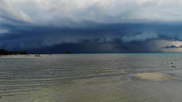 Dicke Wolken über winkendem Meer. Dicke blaue Wolken schweben während der Regenzeit über dem winkenden Meer auf dem Himmel