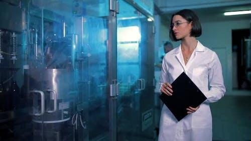 Frau Qualitätskontrolle in der Fabrik