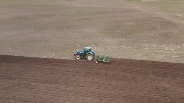 Traktor pflügt das Feld. Vorbereitung des Bodens für die Aussaat