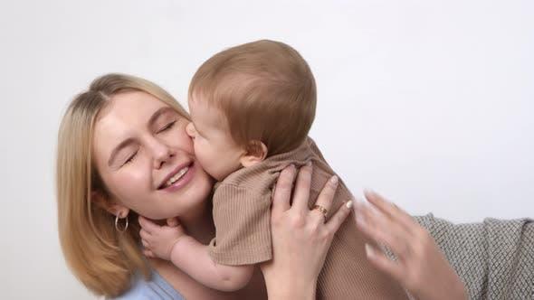 Junge Mutter spielt mit ihrem Säuglingsbaby Küsst Mamas Wange Zeit Zusammen Zeitlupe