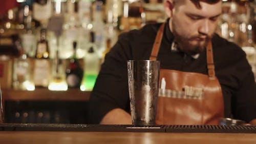 Barmann mit Schnurrbart, der Cocktail macht