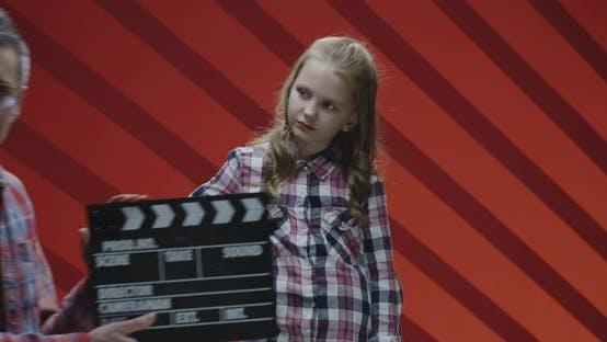 Thumbnail for Kinderdarstellerin beschweren sich während Filmdreharbeiten