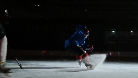 Cover Image for Professional Hockey Forward Technically Beats the Defender and Quickly Goes To the Hockey Goal