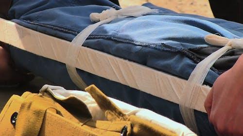 Sanitäter immobilisieren Opfer-Bein