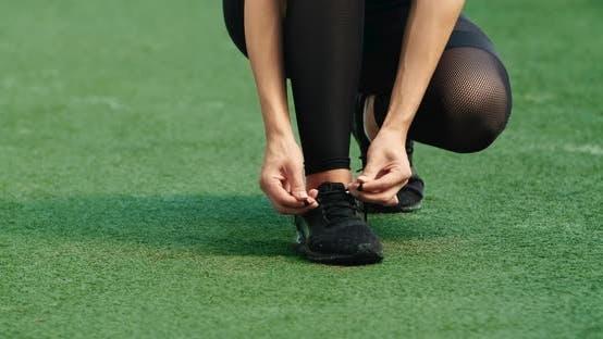 Thumbnail for Female Jogger Binden ein Schnürsenkel