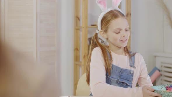 Thumbnail for Mädchen zeigt Korb mit gefärbten Ostereiern