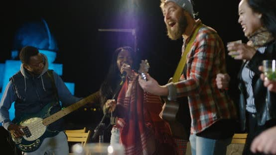 Thumbnail for Sängerin singt auf einem Dach