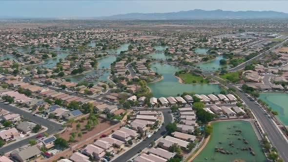 Mit Blick auf viele kleine Teiche in der Nähe von Kleinstadt a Avondale in der Wüste von Arizona