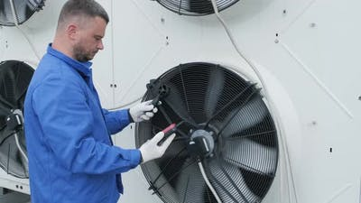 Testing with an anemometer of an axial fan of the condensing unit