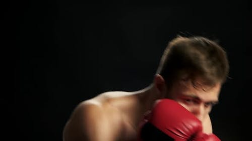 Der  Shirtless Kick Boxer zeigt seine Schläge.