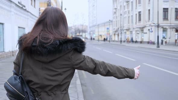 Thumbnail for Frau versucht, einen Aufzug auf der Straße zu nehmen