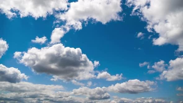 Thumbnail for Wolken bewegen sich reibungslos am blauen Himmel, Zeitraffer, Wolkenraum
