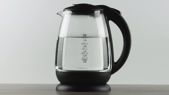 Thumbnail for In einem Wasserkocher mit Glaswänden kocht Wasser. Messskala.  Konzept