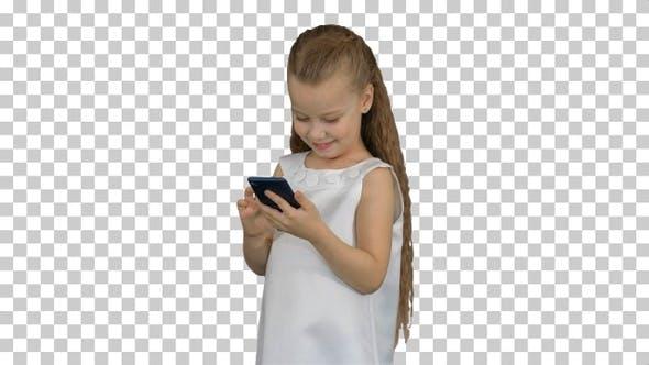 Kleines Mädchen mit Smartphone, Alpha Channel