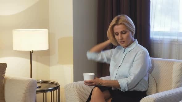 Thumbnail for Müde Mädchen sitzen auf Stuhl und trinken Kaffee