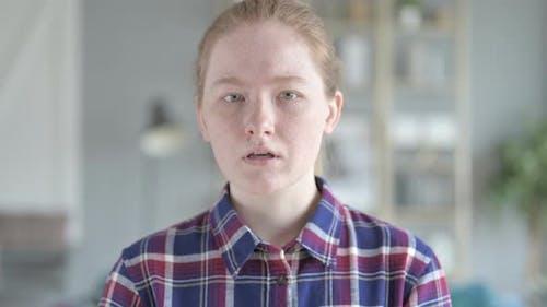 Портрет молодой женщины чихание