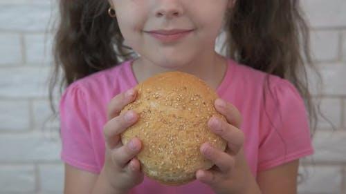 Kind mit einem Brötchen