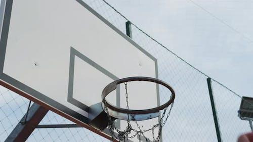 Cerceau de basket-ball avec ballon