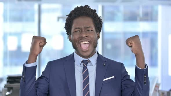 Thumbnail for Erfolgreicher Afroamerikaner Geschäftsmann feiert mit beiden Fest