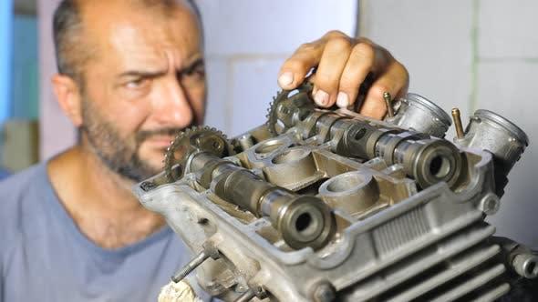 Thumbnail for Porträt von Professional Mechanic Reparatur Motor des Fahrzeugs. Aufmerksame Reparaturmaschine Befestigung Automobil