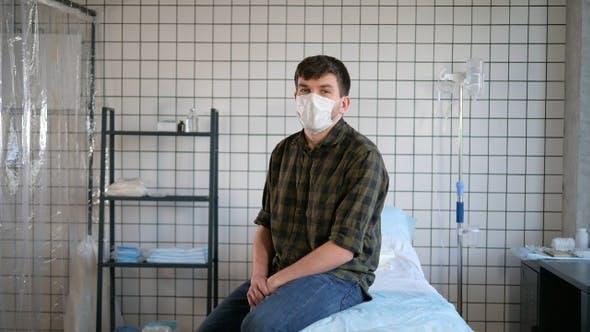 Thumbnail for Isolierter Mann sitzt auf einem Bett in Hospita und im Gespräch mit der Kamera.