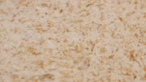 Toast Brot Vollkorn gebacken Oberfläche close-up langsam neigen 4K 2160p 30fps UltraHD Filmmaterial - Textur von