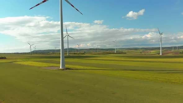 Thumbnail for Luftaufnahme von Windkraftanlagen Farm und landwirtschaftlichen Feldern. Österreich.