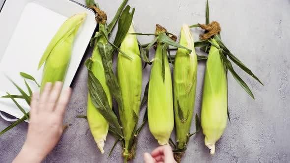 Thumbnail for Schritt für Schritt. Shucking Bio-Mais mexikanischen Mais auf dem Kolben Elote zu machen.