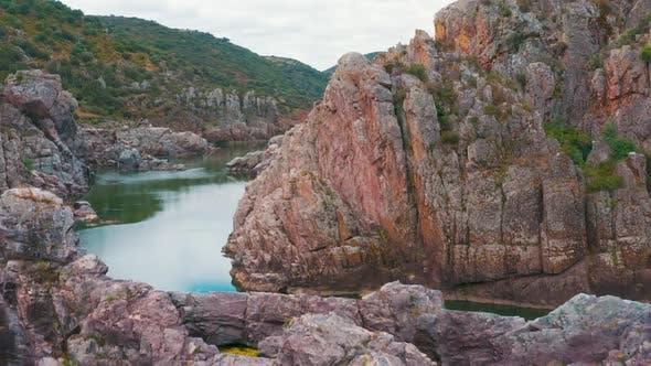 Thumbnail for Luftaufnahme des Gebirgsflusses in der Nähe von Mertola