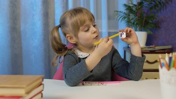 Kind Mädchen macht Schule Hausaufgaben Lehren Alphabet Buchstaben mit Lehrer zu Hause Video anruf von Webcam