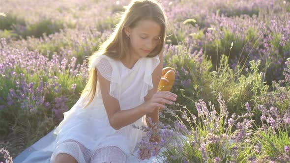 Thumbnail for Niedliches Mädchen in Lavendel Blumen Feld