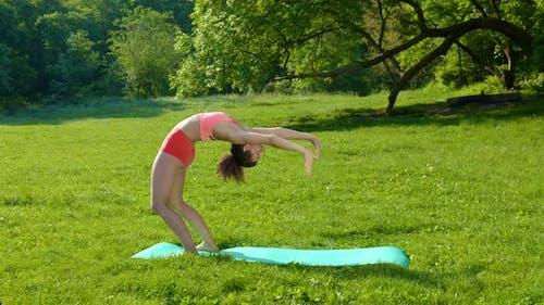 Junge Frau macht Sport in der Natur
