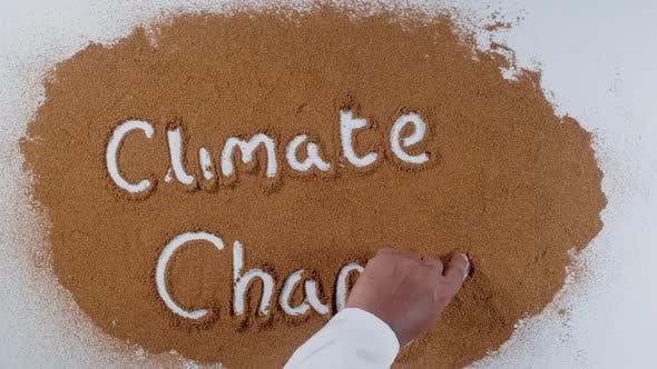 Hand schreibt über Boden-Klimawandel