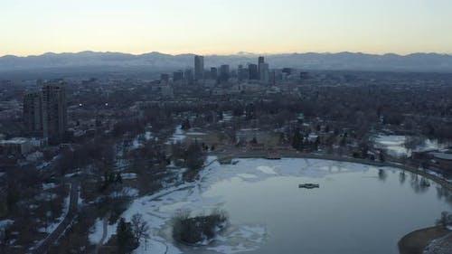 Denver Colorado Frozen Lake Antenne Hyperlapse Sonnenuntergang über Colorado Rockies