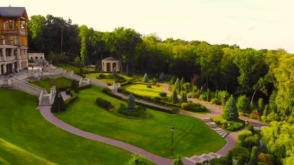 Landschaft des gepflegten Gartenparks im Sommer