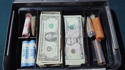 Geld verschwindet aus der Kasse. Konkurs oder ein Quick Waste of Money Konzept